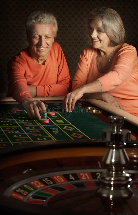 Höga par i kasino arkivfoto