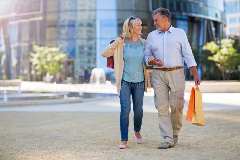 Download Höga par i staden fotografering för bildbyråer. Bild av tillfälligt - 78728739