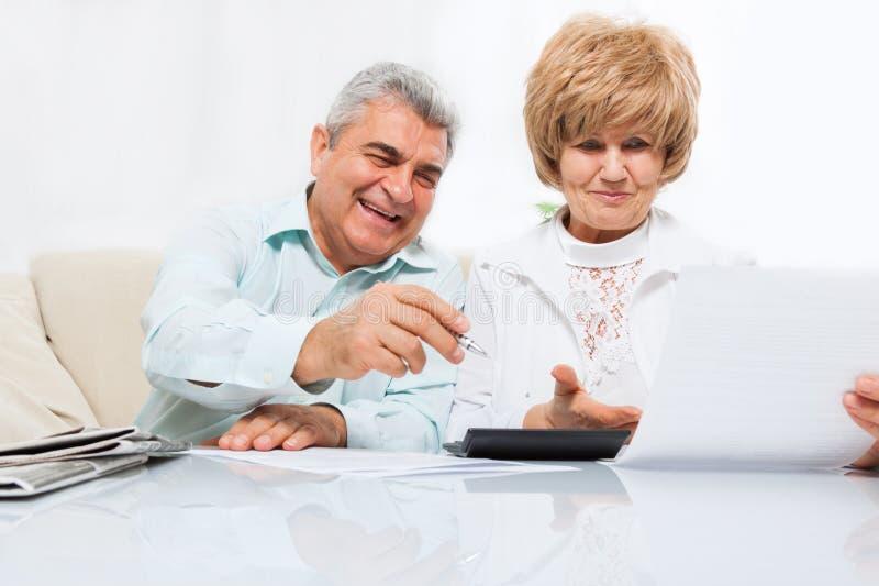 Höga par läst pappers- brev, lyckligt leende royaltyfria bilder