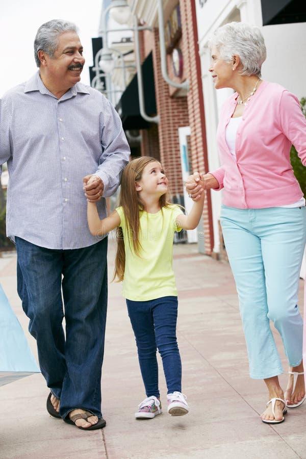 Höga par med bärande shoppingpåsar för sondotter arkivbild