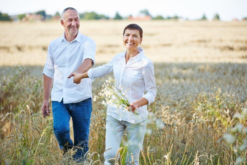 Höga par med blommor i natur royaltyfri foto