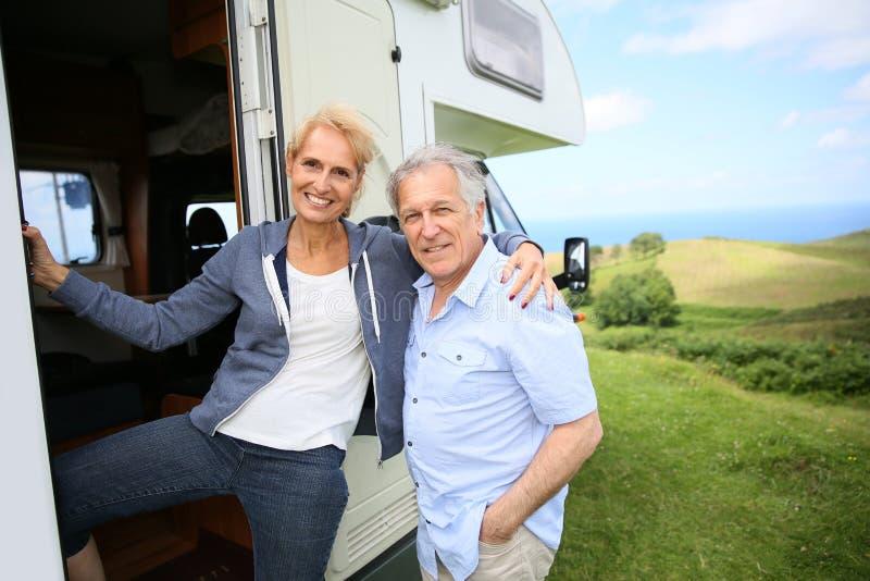 Höga par med den campa bilen royaltyfria foton