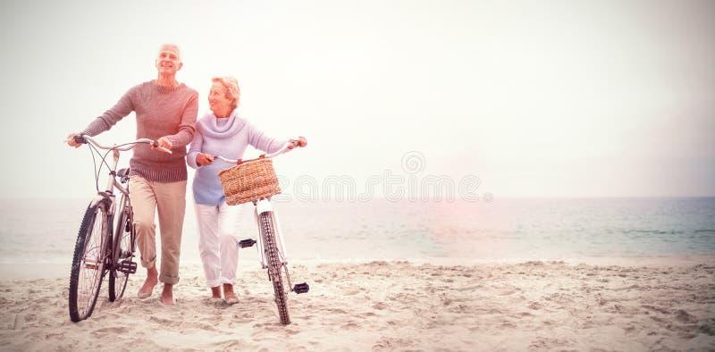 Höga par med deras cyklar arkivfoton