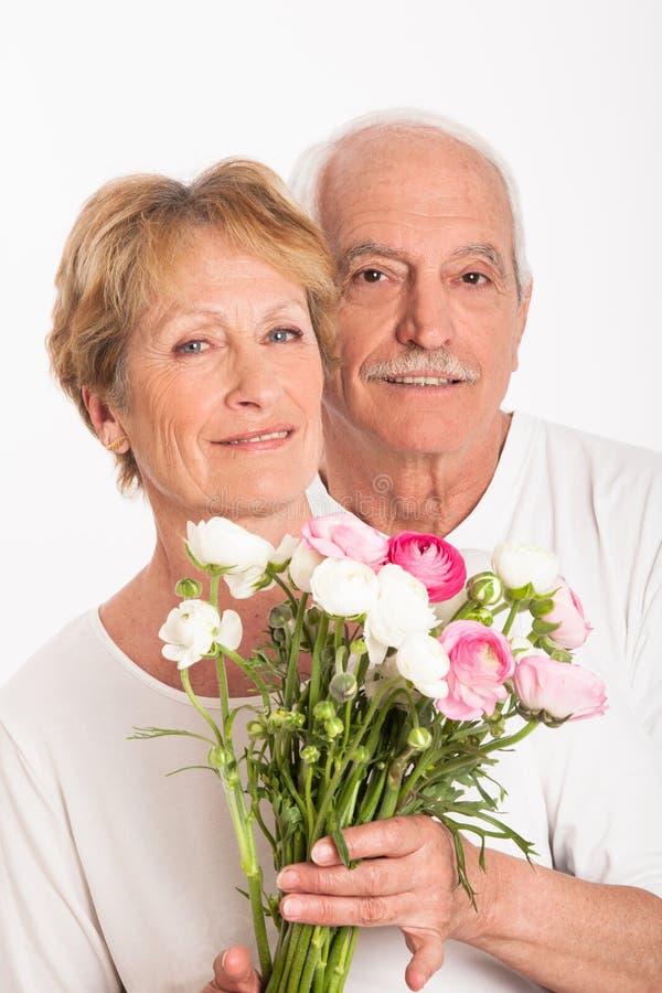 Höga par med en bukett av blommor arkivfoto