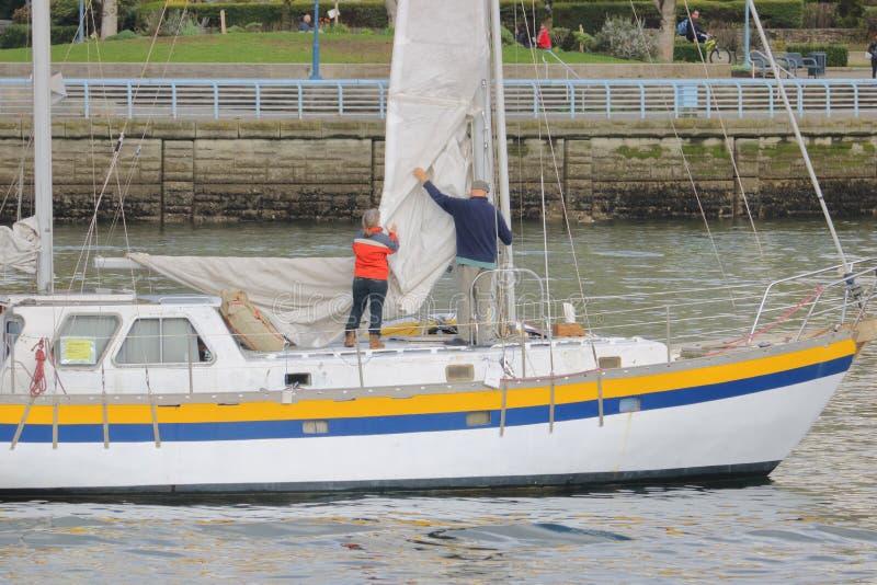 Höga par och segelbåt royaltyfri foto