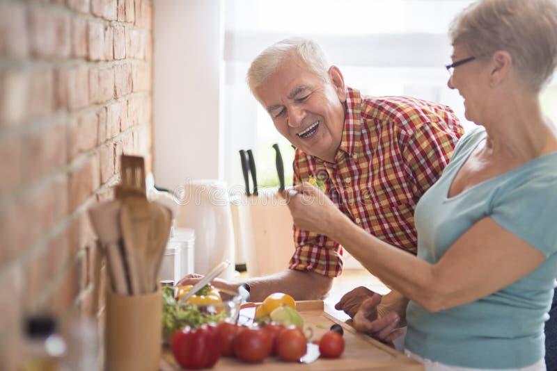 Höga par på köket royaltyfri fotografi