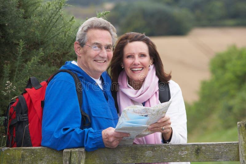 Höga par på land går royaltyfri bild