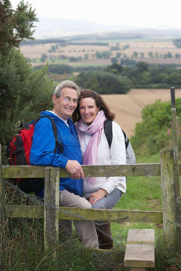 Höga par på land går arkivfoton