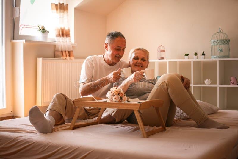 Höga par på morgonen Kaffe i underlag fotografering för bildbyråer