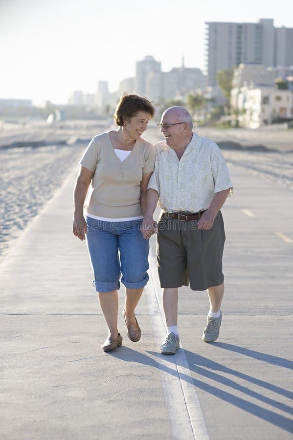 Höga par på vandringsledet längs stranden arkivbild