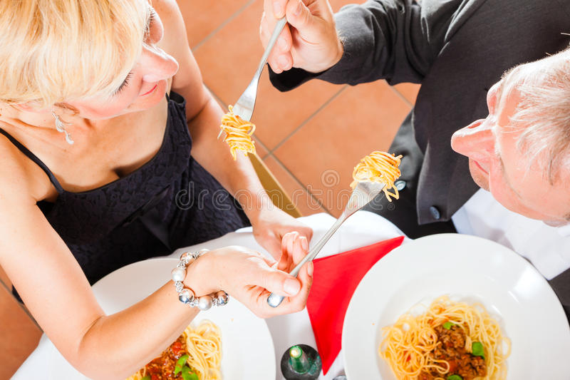 Höga par som äter matställen royaltyfri foto