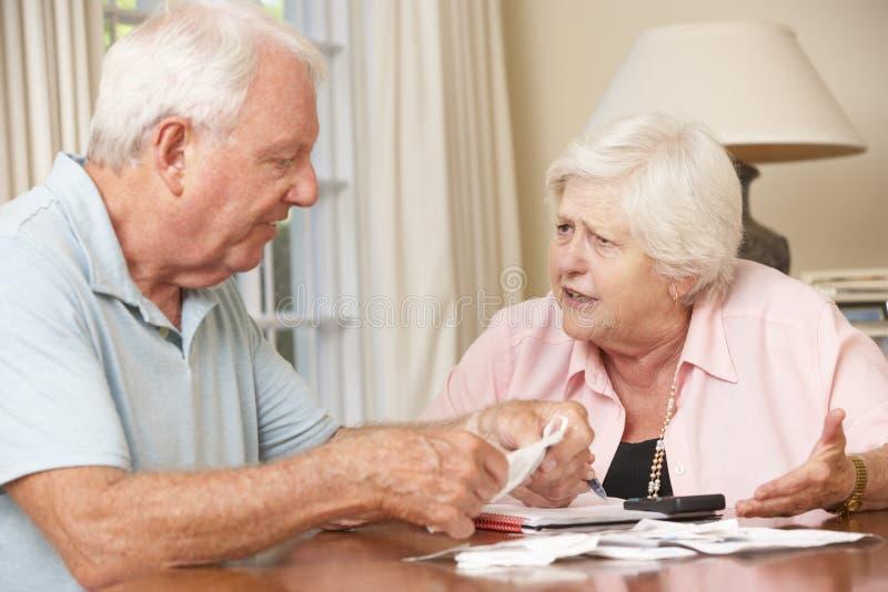 Höga par som angås om skulden som tillsammans går till och med räkningar arkivfoto