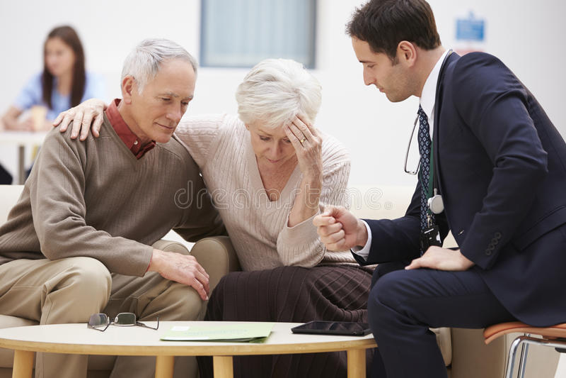 Höga par som diskuterar provresultat med doktorn arkivbild