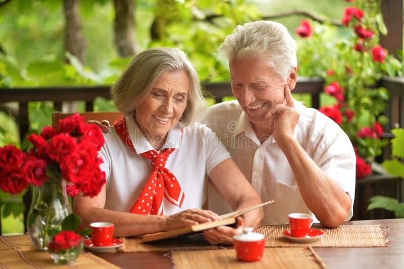 Höga par som dricker kaffe arkivbild