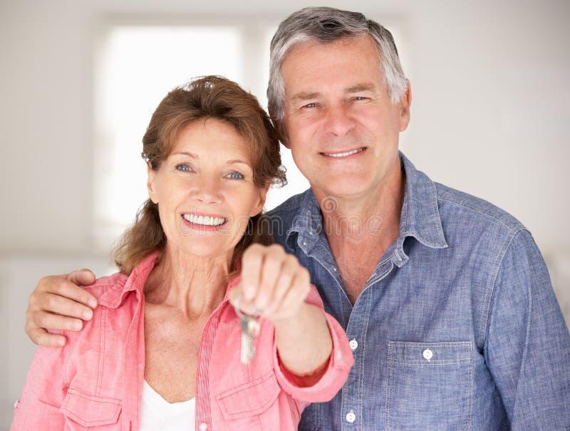 Höga par som flyttar sig in i ny utgångspunkt royaltyfri fotografi
