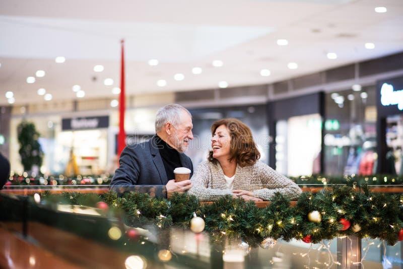 Höga par som gör att shoppa för jul arkivbilder