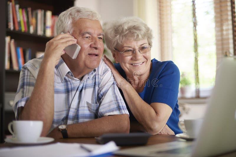 Höga par som gör ett avtal arkivfoton