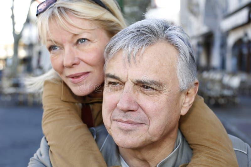 Höga par som har gyckel i stad royaltyfria bilder