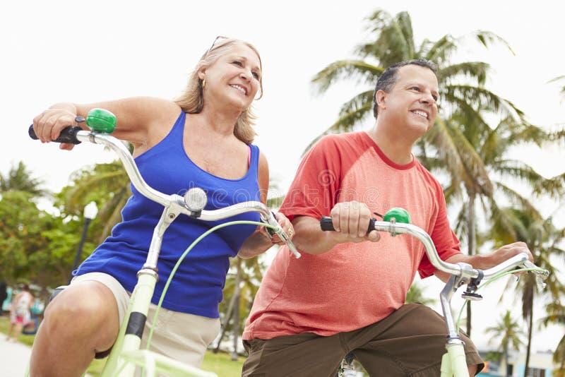 Höga par som har gyckel på cykelritt royaltyfri foto