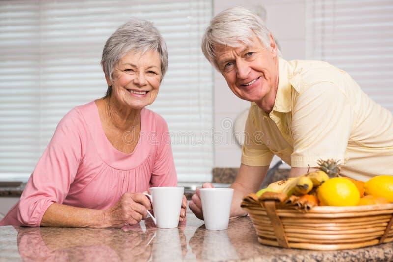 Höga par som har kaffe tillsammans arkivbild