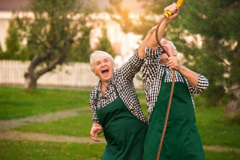 Höga par som har roligt utomhus arkivfoto