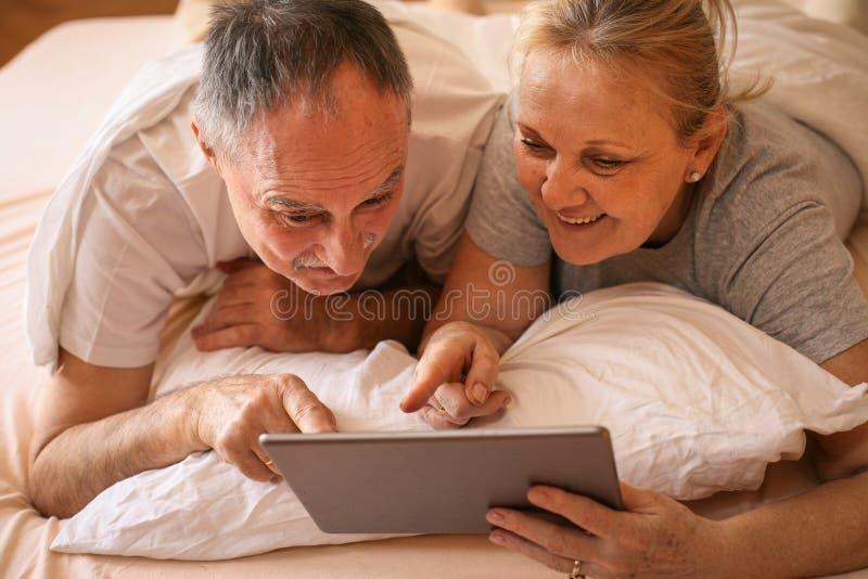 Höga par som hemma tycker om arkivfoton