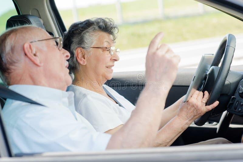 Höga par som kör bilen arkivbilder
