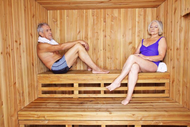 Höga par som kopplar av i hotell arkivbild