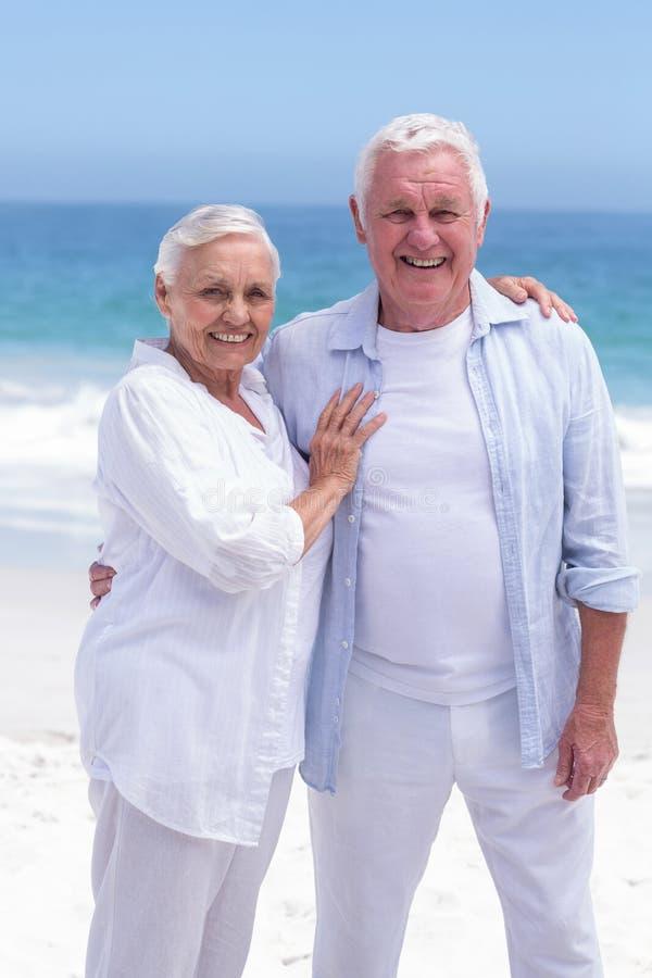 Höga par som ler och ser kameran arkivfoton