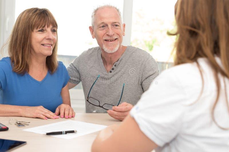 Höga par som möter den finansiella konsulenten arkivfoton