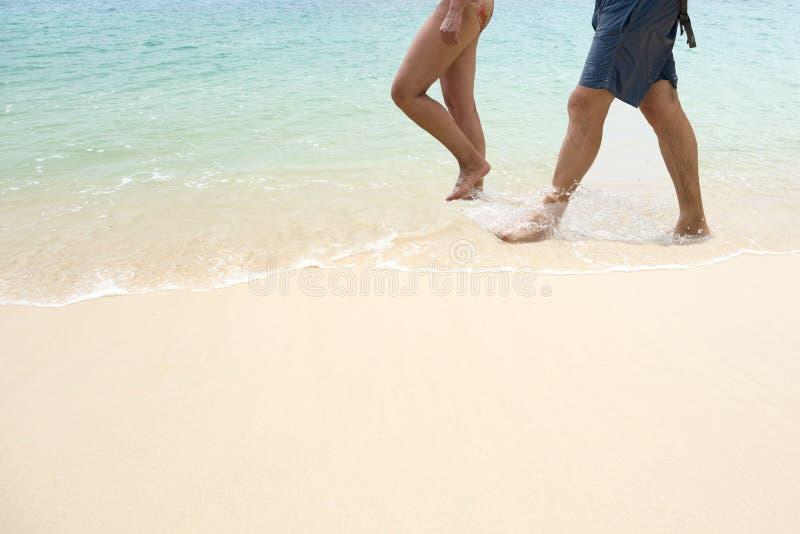 Höga par som promenerar havskusten på semester royaltyfria bilder