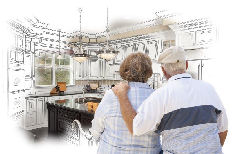 Höga par som ser över beställnings- kökdesignteckning och Pho royaltyfria foton