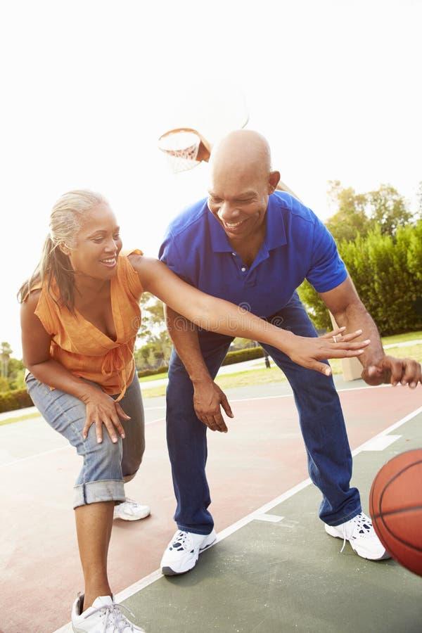 Höga par som spelar basket tillsammans royaltyfria bilder