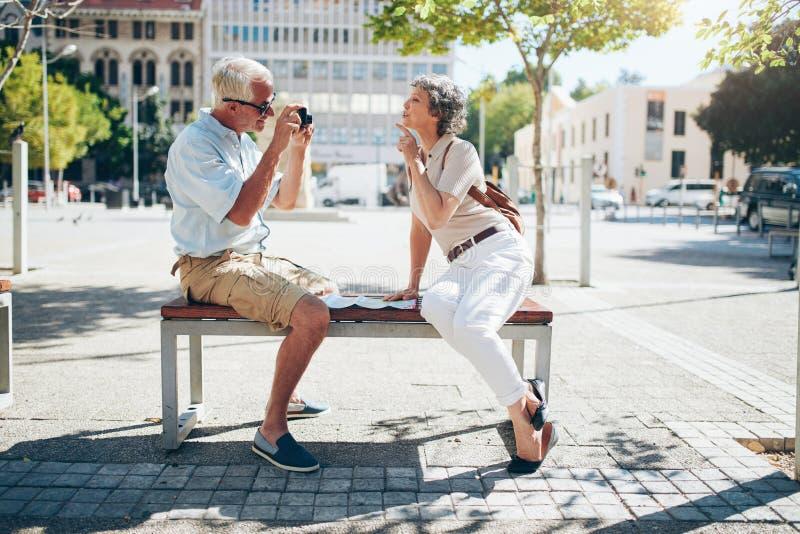 Höga par som tar bilder av de royaltyfria foton