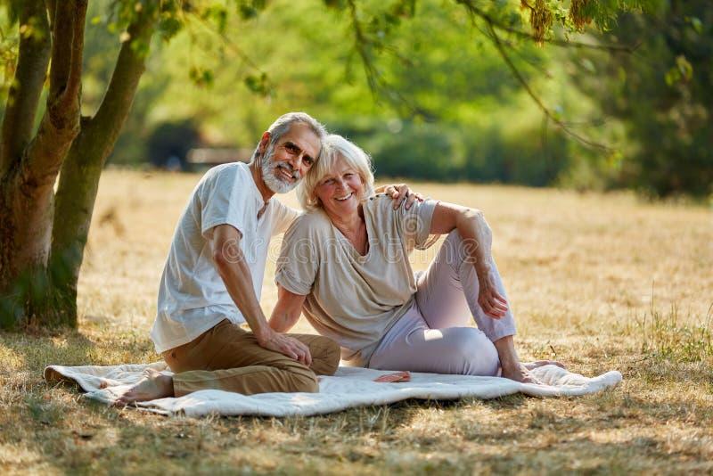 Höga par som tar ett avbrott från att fotvandra arkivfoto