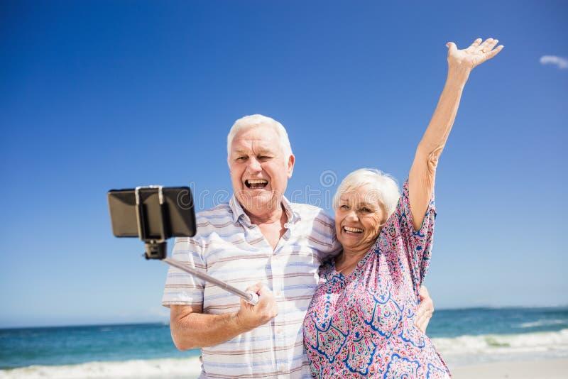 Höga par som tar selfie arkivbild