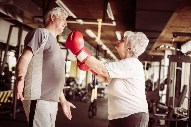 Höga par som tillsammans boxas i idrottshallen Hög kvinna med boxi arkivbilder