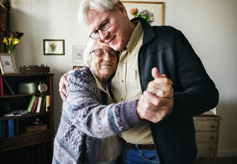 Höga par som tillsammans hemma dansar royaltyfria foton