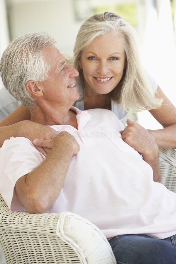 Höga par som tillsammans kopplar av royaltyfria bilder