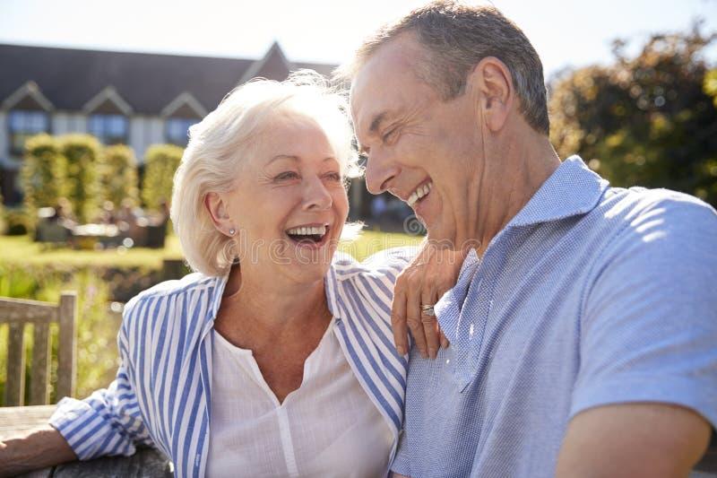 Höga par som tillsammans kopplar av på det utomhus- sommarkafét arkivfoto