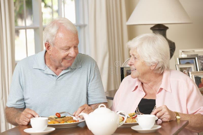 Höga par som tillsammans tycker om mål hemma royaltyfri bild