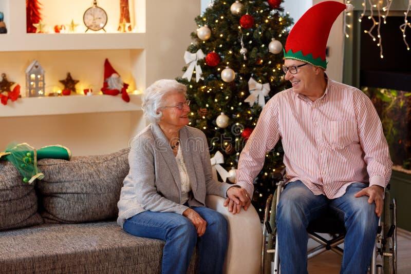 Höga par som tycker om deras jultid fotografering för bildbyråer