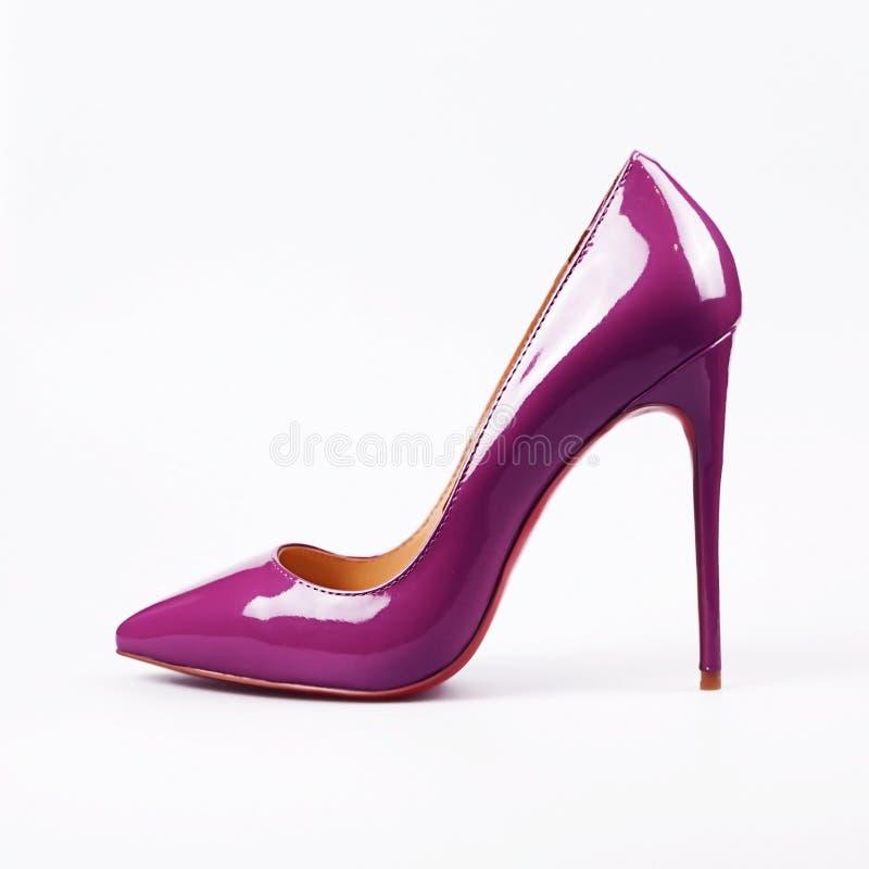 höga purpura skokvinnor för häl arkivbild