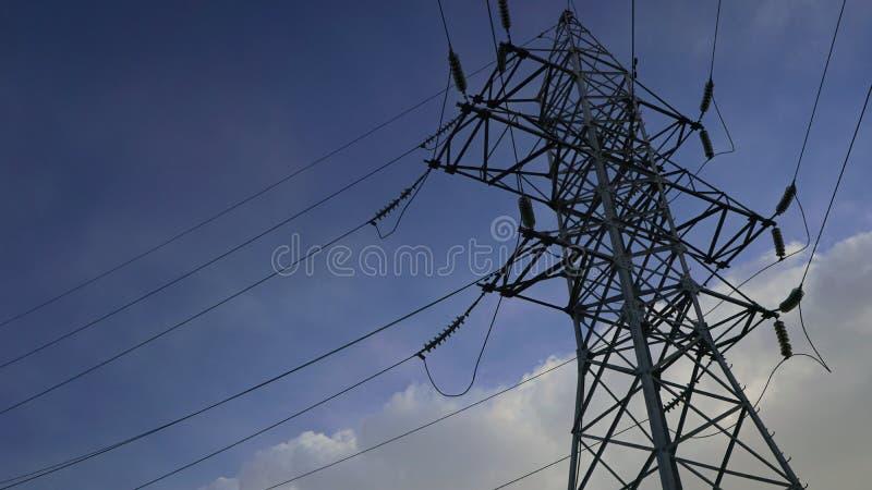 Höga pyloner för en spänningsmakt royaltyfri bild