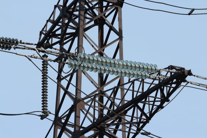Höga spänningskraftledningar för isolatorer arkivfoton