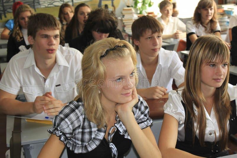 Höga studenter av Slovyansk skolar inget 9 lyssnar till läraren arkivfoton