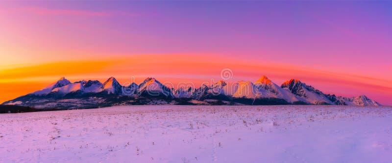 Höga Tatra berg i vinter på solnedgången arkivfoto