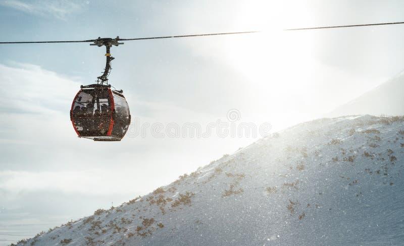 Höga Tatras-linan med kabin gondola som transporterar skidåkare till bergstoppen Konceptavbildning för aktivt vinterskidåkning oc fotografering för bildbyråer