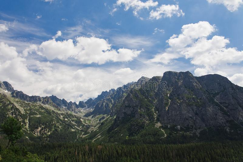 Höga Tatras med snö på berget - Slovakien fotografering för bildbyråer