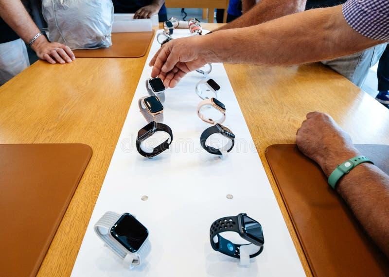 Höga testa Apple Store med Apple håller ögonen på smartwatch för serie 4 arkivbild